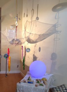 light table activities reggio Yahoo Search Results Bildsuchergebnisse Reggio Emilia, Reggio Children, Children Play, Overhead Projector, Reggio Classroom, Shadow Play, Kids Lighting, Learning Spaces, Classroom Inspiration