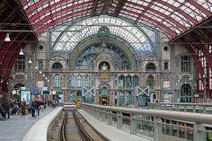 Estação Central de Antuérpia, Bélgica. Construída na virada do século XX pelo Rei Leopoldo II, a estação foi feita no estilo neobarroco com mais de 20 tipos de mármore e pedra. O local recebe milhares de pessoas que estão de passagem por lugares da Europa.  Fotografia: Shutterstock.