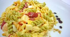 Ensalada de pasta con atún es una receta para 4 personas, del tipo Primeros Platos, de dificultad Fácil y lista en 25 minutos. Fíjate cómo cocinar la receta.     ingredientes  - 250 gms. espirales vegetales  - 2 huevos cocidos  - 1 lata de atún en aceite mediana  - 1 lata de pimiento morrón  - 10 langostinos medianos  - 6 palitos de cangrejo  - 150 gr. queso fresco  - Mayonesa  - Cebolla  - Orégano  - Albahaca  - Aceite de oliva  - Sal