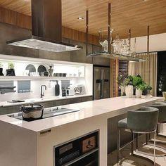 Olha o luxo desta cozinha gourmet! O mix de texturas e materiais ficou um show: teto em madeira, cimento queimado, bancadas em Silestone brancas... Sofisticada e aconchegante!  (Projeto by Paola Ribeiro Arquitetura) · · · · · · · · · · · · · · · · · · · · #churrasqueira #interiores #interiordesign #contemporarydesign #decor #areagourmet #design #interior #arquitetura #architecture #homedecor #interiors #instainterior #bbb18 #decoração #homedecoration #decoraçãodeinteriores #coolreference...