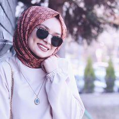 "Şüheda Türkoğlu (@suhedaaat): ""Gamze sevenlere Allah gamzeli çocuklar nasip etsiiin 🙈 Allah'ım bana da inşallah 🧚🏻♀️ Şal…"" Modest Fashion Hijab, Street Hijab Fashion, Pakistani Fashion Casual, Casual Hijab Outfit, Hijab Chic, Muslim Fashion, Arab Girls Hijab, Muslim Girls, Hijabi Girl"