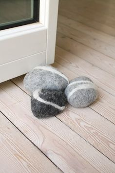 Steine mit Filz umhüllt
