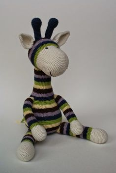 När jag såg den här giraffen var det kärlek vid första ögonkastet, den bara måste virkas! Sagt och gjort, jag köpte mönstret, virkade som... Dinosaur Stuffed Animal, Crochet Patterns, Knitting, Toys, Animals, Tutorials, Threading, Activity Toys, Animales