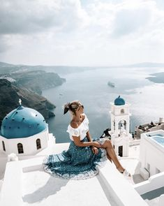 I spy 👀 the prettiest pool in all Santorini 😳😍 What would you give to swim up to this view? Santorini Travel, Santorini Island, Santorini Greece, Santorini Honeymoon, Greece Honeymoon, Crete Greece, Athens Greece, Akrotiri Santorini, Mexico Honeymoon