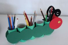 Stiftehalter basteln mit Kindern aus Klopapierrollen – Raupe Nimmersatt Pens holder tinker with children from toilet paper rolls – caterpillar … Kids Crafts, Diy And Crafts, Arts And Crafts, Toilet Paper Roll Crafts, Paper Crafts, Hungry Caterpillar, Pen Holders, Kids And Parenting, Diy For Kids