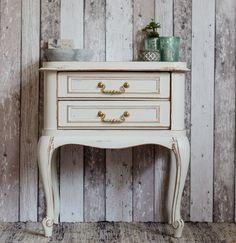 kleiner Shabby Chic / Landhaus Nachttisch in Weiß - von Junikumo auf DaWanda.com