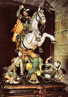 Saint Jacques le Matamore Cathédrale de Compostelle. Cette représentation de saint Jacques en guerrier tueur des Maures remonte à son apparition supposée dans la bataille de Clavijo en 844. Saint Jacques devient le champion de la Reconquête contre l'ennemi musulman. Il est représenté le plus souvent monté sur un cheval blanc, tenant l'épée à la main et foulant au pied les corps des maures. Cette image du Matamore est rare en Europe hors d'Espagne