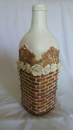 Garrafa revestida com massa acrílica, flores em biscuit, detalhes em crochê. Janice Zagonel.