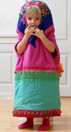Details on link. It looks pretty straight forward though. Great idea for a childs costume. Tryl den lille pige om til en nuttet babusjkadukke til fastelavn - nem at tage på over både indendørs og udendørs tøj