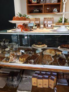 Bolos do Frei - São Paulo - SP, Brasil. Os bolos são feitos a toda hora e estão… Bolos Do Frei, Deco, Coffee Shop, Salons, Table Settings, Brazil, Craft, Coffee Shop Business, Lounges