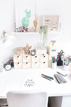 Screen pedestal made of wood- Bildschirm Podest aus Holz Set up a study with DIY decoration Boho Diy, Boho Decor, Cheap Home Decor, Diy Home Decor, Scandinavian Desk, Diy Casa, Decoration Bedroom, Tumblr Rooms, Diy Décoration