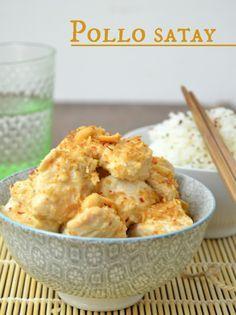 Pollo satay, un plato típico asiático de pollo marinado con una salsa dulce-picante de cacahuetes y coco
