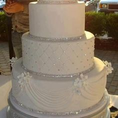 3 tiers White cake with crystals