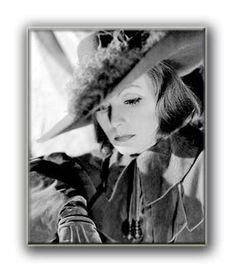 Fotos von Greta Garbo - z.B. Bild aus dem Jahre 1956: Nach ihrer Europareise mit dem Dirigenten Leopold Stokowski stellte sie sich in New York neugierigen Journalisten.