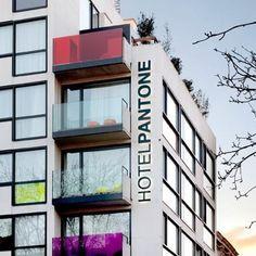 Arquitetura + Pantone :     Bem vindo ao Hotel Pantone, que esta localizado em Bruxelas (Bélgica), o arquiteto responsável foi Olivier Hannaert e pelo design de interiores Michael Penneman.