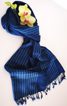 Handgewebter Schal aus feiner Baumwolle-biologisch gefärbt aus der indigo Pflanze. In reiner Handarbeit ökölogisch hergestellt. Unisex, Outfit, Accessories, Fashion, Indigo Plant, Stripe Pattern, Weaving, Handarbeit, Cotton