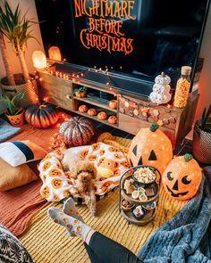 halloween aesthetic Nightmare Before Christmas Casa Halloween, Halloween Movie Night, Halloween Bedroom, Image Halloween, Days Until Halloween, Halloween Home Decor, Happy Halloween, Halloween Party, Halloween Season