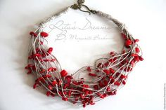 Короткие бусы с мелкими кусочками красного коралла на серых льняных нитях - дары морских глубин, зовущие к дальним берегам...