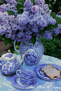 Tea in the garden with blue lilacs and blue and white dishes at Aiken House and Gardens: Blue And White China, Blue China, Tables Tableaux, Dresser La Table, White Dishes, China Patterns, My Tea, White Decor, White Porcelain