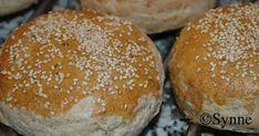 Mai er den måneden man virkelig begynner å nyte utelivet, og burger på grillen er en kjent og kjær meny for grillentusiaster. Det er ve... Hamburger, Bread, Food, Meals, Breads, Bakeries, Yemek, Hamburgers, Patisserie