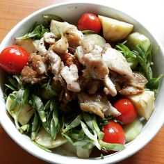 #dinner #salad 150g #chicken thigh 100 g #cherrytomatoes half a #cucumber 150g #whitepotatoes and 60 g leafy #greens with 1 tbsp #oliveoil and #balsamicvinegar  #paleo #primal #lowcarb #diet #weightloss #protein #pcos #health #healthyfood #eathealthy #eatclean #cleaneating #nutritious #nutrition #healthylifestyle #nourish #healthy #ibs #fodmap #lowfodmap by realfoodcharlie