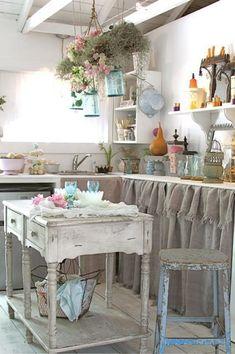Qué cálida cocina !!! ... me encantan las cortinitas del bajomasada ....