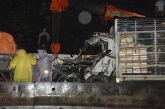 Tai nạn giao thông thi thể tài xế phụ xe mắc kẹt trong cabin - Tin Mới
