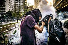 Tensão nas ruas é tema da fotografia feita pelo coletivo Fotoprotesto SP. Veja mais: http://www.jornaldafotografia.com.br/noticias/eventos/as-fotos-nas-ruas-ruas-nas-fotos-5-mostra-sao-paulo-de-fotografia/