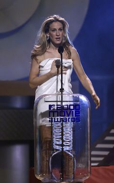 The funny thing is, this towel is one of the more conservative pieces SJP donned at the 2000 MTV Movie Awards. Sarah Jessica Parker's 14 Most Insane Outfits Of The Early Mtv Movie Awards, Do Men, First Tv, Youth Culture, 2000s Fashion, Sarah Jessica Parker, Carrie Bradshaw, Woman Crush, The Funny