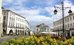 As ruas calçadas de pedra, casas de fachada branquinhas e praças singelas são a marca de Évora