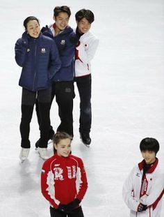 エキシビションの会場で、リラックスした表情を見せる(奥左から)浅田、高橋、町田(手前はソトニコワ(左)と羽生=共同)