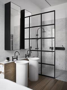 Idée décoration Salle de bain Une verrière comme paroi de douche dans une salle de bain chic et luxe. On aime