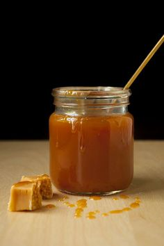 Heavenly creamy caramel sauce- Himmlisch sahnige Karamellsauce A glass of caramel sauce with spoon and toffees - Toffee Sauce, Butter Toffee, Homemade Toffee, Homemade Butter, Dessert Sauces, Vegetable Drinks, Healthy Eating Tips, But First Coffee, Coffee Recipes