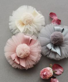 Cómo hacer bonitos accesorios con tul – El Cómo de las Cosas How to make beautiful accessories with tulle – The How of Things – Tulle Hair Bows, Tulle Poms, Hair Ribbons, Diy Hair Bows, Diy Ribbon, Ribbon Crafts, Ribbon Bows, Cloth Flowers, Fabric Flowers