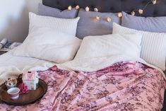 Neexistuje období, ve kterém byste si nemohli dopřát odpočinek v měkké, hřejivé dece. A protože je tady růžový máj, doladit ji ještě romantickým řetězem se svítícími růžemi, který krásně osvětlí čelo postele.