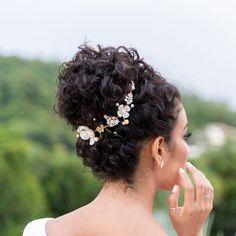 Tiara para noivas: 45 modelos e tutoriais para montar em casa Curly Bridal Hair, Natural Hair Wedding, Natural Wedding Hairstyles, Curly Hair Updo, Wedding Hair And Makeup, Bride Hairstyles, Hairstyles With Bangs, Easy Hairstyles, Curly Wedding Updo