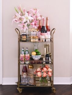 Use these convenient bar cart ideas in your apartment home. Over thirty bar cart ideas perfect for your apartment. Feed your design ideas now. Home Bar Decor, Bar Cart Decor, Ikea Bar Cart, Diy Bar Cart, Gold Home Decor, Deco Table Noel, Gold Bar Cart, Black Bar Cart, Bar Cart Styling