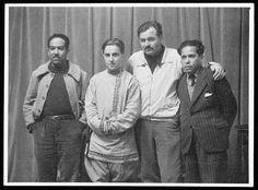 Por la Gran Vía pasarían un gran número de personajes famosos, en especial periodistas y escritores, quienes se alojarían en lugares legendarios como el hotel Florida. En la imagen podemos ver a Langston Hughes, Mijail Koltsov, Ernest Hemingway y el cubano Nicolas Guillén.
