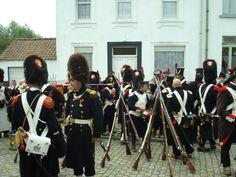 Darsteller in den Uniformen französischer Grenadiere haben ihre Waffen während eines Reenactments der Schlacht von Waterloo im Sommer 2012 zu Gewehrpyramiden zusammengestellt.