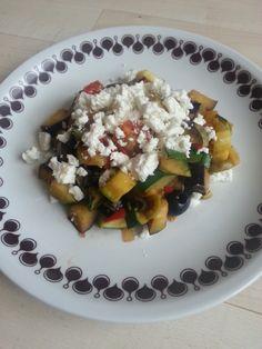 Warme mediterrane salade met feta volgens Voedselzandloper principe.