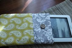 Nook Cover/Simple Kindle Slip Case Sewing Ideas, Sewing Crafts, Sewing Projects, Projects To Try, Nook Cases, Fun Crafts, Arts And Crafts, Sewing Accessories, Diy Signs