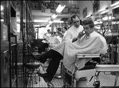 James Dean dal barbiere a New York, 1955 (Magnum Photos/Stock)