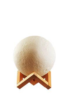 A Luminária Luna é ideal para deixar seu ambiente com um ar personalizado e jovial. Em formato de Lua Cheia, a Luminária Luna possui uma cúpula texturizada e uma base em madeira. Constituída em led integrado, basta apenas um toque na luminária para a mudança de cor da iluminação. Indicada para decorar quartos, salas de estar, recepções, nichos nas paredes e mesas de escritório.