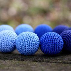 Džínovky+Další+z+mých+háčkovaných+náhrdelníků.+Obháčkované+korále+o+průměru+1,8+cm+v+odstínech+modré.+Jsou+navlečeny+na+modrém+koženém+řemínku.+Délka+není+ukončena,+může+zůstat+na+zavazování+nebo+po+domluvě+nasadím+zapínání.+Zapínání+bude+na+stříbrnou+karabinku....
