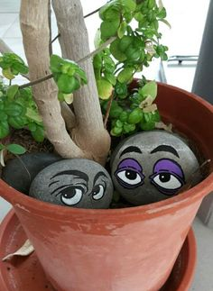 Peeking Eyes Rock Painting Idea - for flower pots in the house. - Peeking Eyes Rock Painting Idea – for flower pots in the house. J & # …, # flower pots - Diy Garden, Garden Crafts, Garden Projects, Garden Ideas, Craft Projects, Backyard Ideas, Rock Garden Art, Project Ideas, Succulent Rock Garden