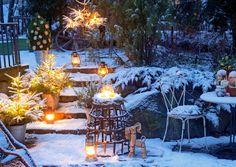 Paraatiasuinen piha tuikkii lempeää valoa ja toivottaa lämmintä joulumieltä. Katso Viherpihan vinkit ja pue puutarha tunnelmalliseksi talven ihmemaaksi! Christmas Past, Xmas, Snowy Pictures, Winter Porch, Light My Fire, Scandinavian Christmas, Beautiful Christmas, Finland, Winter Wonderland