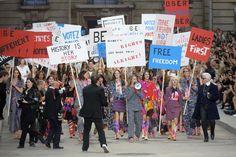 Modenschau als feministische Demonstration - mit Sprüchen wie #heforshe Den Artikel zur Show gibt es bei ICON http://www.welt.de/icon/article132961027/Macht-Mode-und-Politik-gehoeren-zusammen.html
