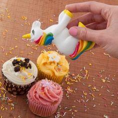 Verbreite Magie in der Backstube :) Egal ob Muffins, Kuchen oder Eisbecher: Der Einhorn Streusel Streuer verleiht deinem Süßkram bunten Extraglanz. via www.monsterzeug.de