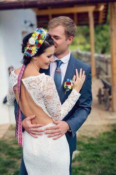 Parta je krásným doplňkem letních svateb, protože spojuje tradici a nejnovější trendy květinových svatebních čelenek. Polish Wedding, Trendy, Diy And Crafts, Folk, Traditional, Wedding Dresses, Party, Fashion, Casamento