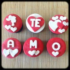 Kit Te Amo | Seis ou sete cupcakes cobertos com pasta americana. Massa do bolo e recheio de sua preferência.